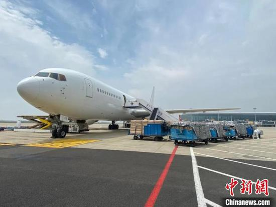 A chartered plane carrying 5.83 million face masks is ready to take off from Longwan Airport in Wenzhou, Zhejiang Province. (Photo provided to China News Service)