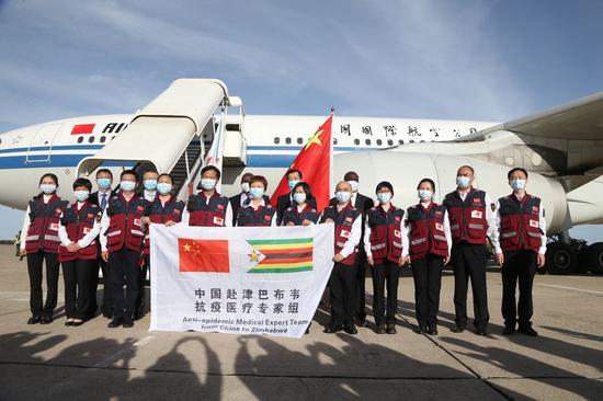 Chinese Ambassador to Zimbabwe Guo Shaochun poses for a picture with the members of Chinese medical expert team at Robert Mugabe International Airport in Harare, Zimbabwe, May 11, 2020. (Xinhua/Zhang Yuliang)