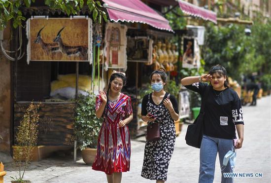 喀什古城改善了环境,为游客提供服务