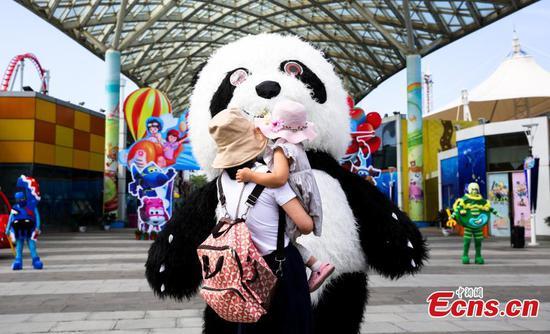武汉欢乐谷主题公园重新开放,游客人数受到限制