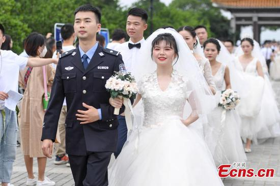 Group wedding ceremony held for medical workers in C China city