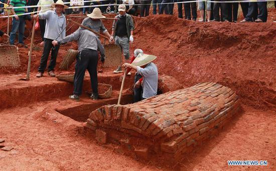 在中国发掘了具有1000年历史的情侣墓