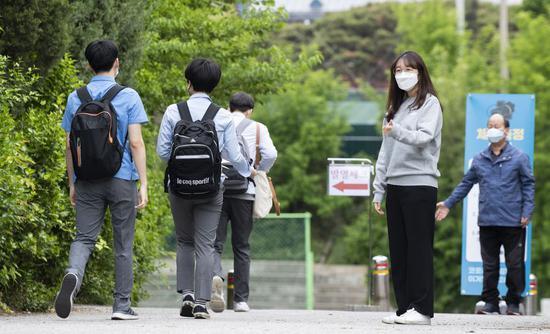 高中生成为韩国第一批返校