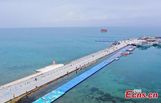 中国西北部青海湖的航拍照片