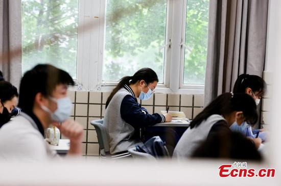 Wuhan students in final year of junior high return to schoolv