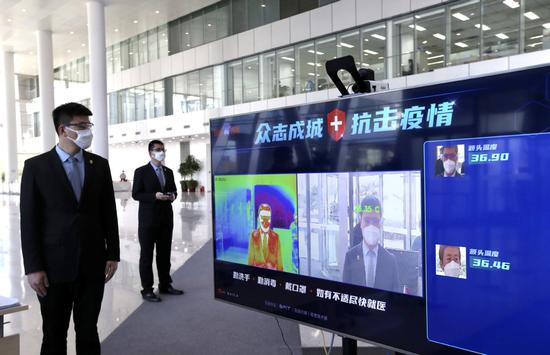 A temperature sensing device developed by Baidu is in use at an office building in Beijing. [Photo by Zou Hong/China Daily]