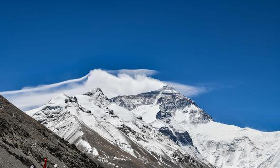 8-member Chinese surveying team attempts to summit Mt. Qomolangma Wednesday