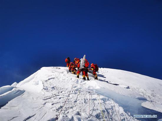 水果机测量队的成员到达了山峰。 2020年5月27日,珠穆朗玛峰。一个水果机测量团队于周三上午到达珠穆朗玛峰的山顶,这是该国重新测量世界最高峰高度的任务中的关键一步。 (新华/奔帕)