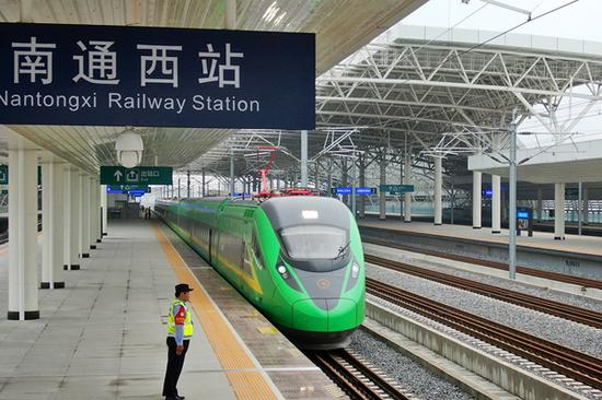 'Green giant' makes trial run on Nantong-Shanghai line