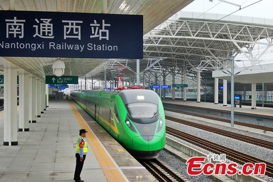 A green Fuxing bullet train makes a trial run on the Nantong-Shanghai line, May 26, 2020. (Photo/China News Service)