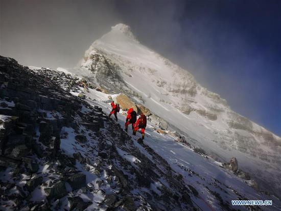 Chinese surveying team heads for Mount Qomolangma summit