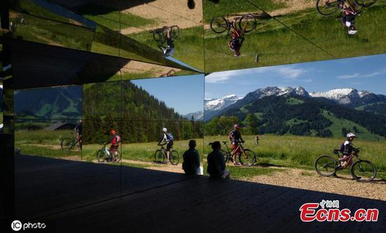 """艺术家镜像的""""幻影""""房屋安装在瑞士阿尔卑斯山"""