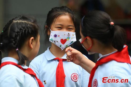 """南京的学生制作创意的""""口罩""""庆祝国际儿童节"""