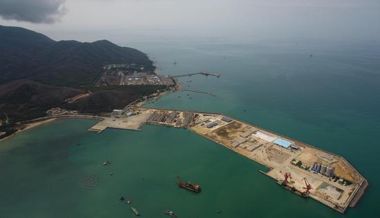 2020年4月9日拍摄的航拍照片显示了水果机南部海南省三亚市的崖州湾科技城的施工现场。 (新华社/杨冠宇)