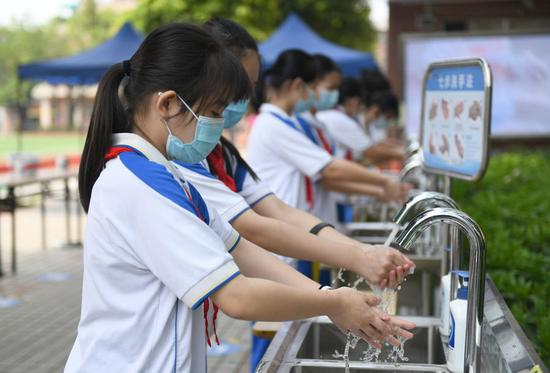 Students wash hands at Wenwei Middle School in Guangzhou, south China's Guangdong Province, May 11, 2020. (Xinhua/Lu Hanxin)