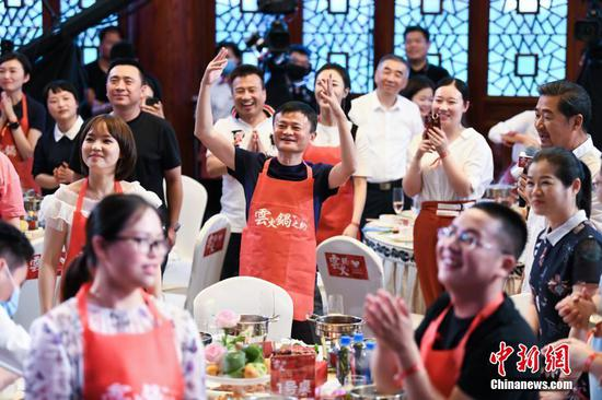 Jack Ma treats Anhui medical workers to hot pots