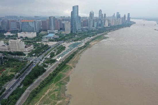 2020年6月9日拍摄的航拍照片显示了中国东部江西省南昌市的赣江。 (新华/周蜜)