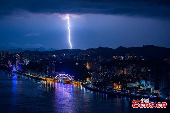 雷电闪电照亮了中国南方的天空