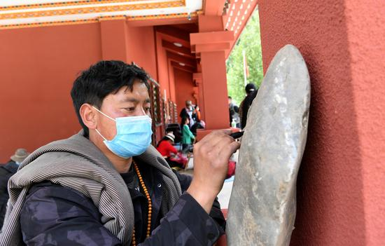 Explore a petroglyph park in Sichuan
