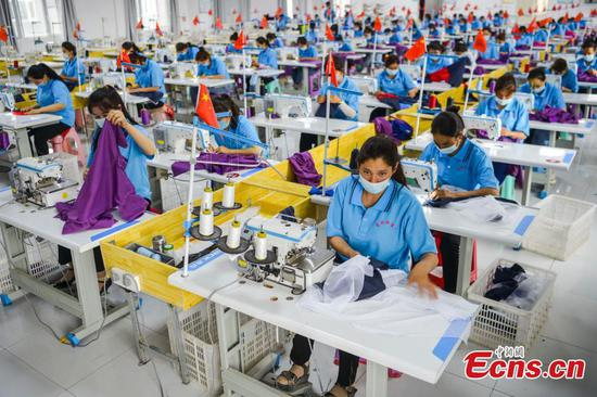 Textile industry helps villagers shake off poverty in Xinjiang