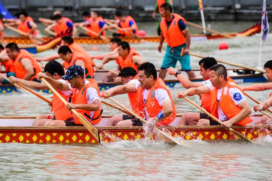 Members of a local dragon boat team participate in a dragon boat competition in Huaian, Jiangsu province, on June 23, 2020. [Photo/Xinhua]
