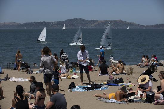People enjoy the beach in San Francisco, the United States, May 26, 2020. (Photo by Li Jianguo/Xinhua)