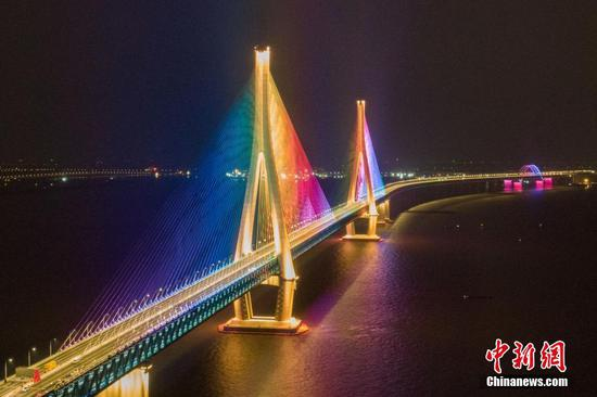 Bridge linking Nantong and Zhangjiagang opens to traffic