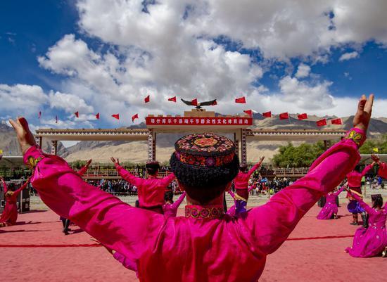 Performers dance during the Dragon Boat Festival at an intangible cultural heritage exhibition park in Taxkorgan Tajik Autonomous County, northwest China's Xinjiang Uygur Autonomous Region, June 25, 2020. (Xinhua/Hu Huhu)