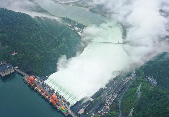 中国东部的主要水库开放所有溢洪道以抗洪