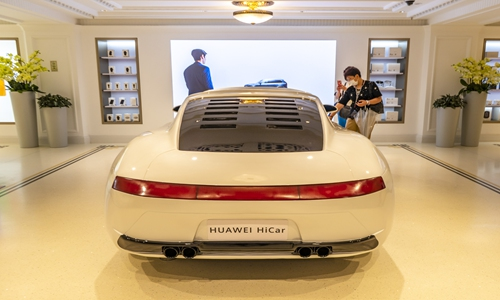 Chinese telecom giant Huawei showcases the in-car smart interaction system HiCar at its recently opened flagship store in Shanghai. The three-story store is its biggest in the world with a floor area of 5,000 square meters. The HiCar solution allows drivers to control their cars with smartphones, check on their cars' real-time status and enjoy entertainment applications. (Photo/China News Service)