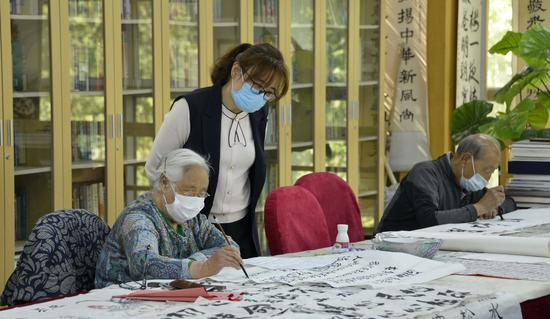 Beijing raises retirement pensions