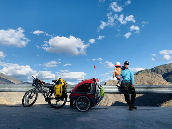 4,000-km bike ride to Tibet with 4-yr-old daughter