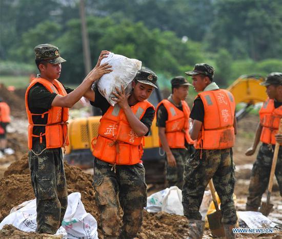 武警部队参加江西防洪行动