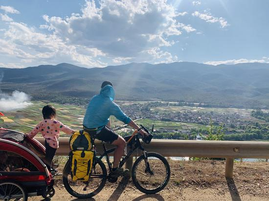 """""""I want to take her to explore and find out what the world is like,"""" Dou Haobei says. Photo taken on May 11, 2020 shows the view on Dou and his daughter's bike journey to Tibet. (Xinhua)"""
