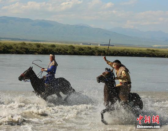 Riders race to catch sheep in Xinjiang wetland