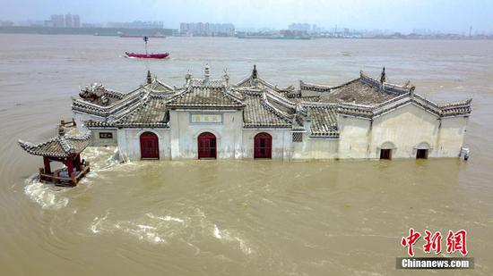 700-year-old Guanyin Pavilion still standing despite Yangtze flood in Hubei