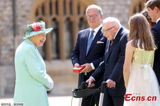 女王骑士100岁退伍军人为NHS筹集了数百万美元