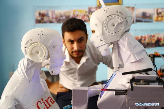 埃及工程师发明了用于COVID-19诊断和医疗的机器人