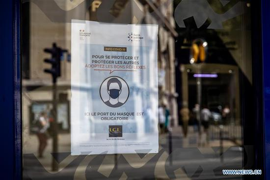 A notice indicating mask mandatory is seen on the window of a shop in Paris, France, July 20, 2020. The French government's order to make mask-wearing mandatory came into effect on Monday amid signs of worrying acceleration of the virus circulation and growing number of clusters. Any person who refuses to apply to the decree to wear the mask in enclosed public spaces will pay a fine of 135 euros (154.7 U.S. dollars). (Photo by Aurelien Morissard/Xinhua)
