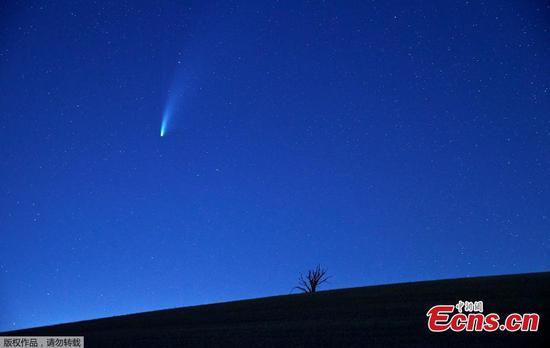 稀有彗星在我们的天空上条纹