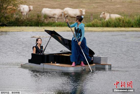 在法国湖上举行的浮动钢琴表演