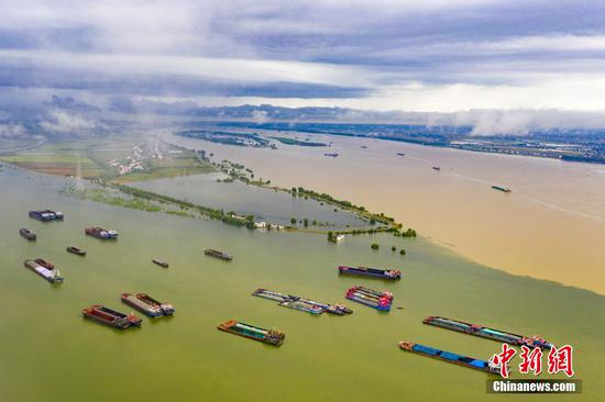 When Yangtze River meets Poyang Lake