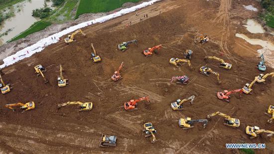重型机械工作以修建临时路堤,以防止洪水泛滥