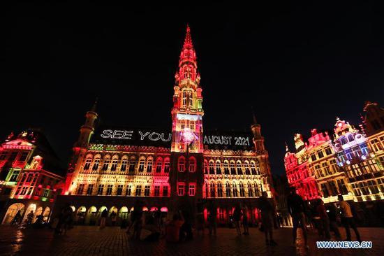 在比利时布鲁塞尔大广场举行的声光表演
