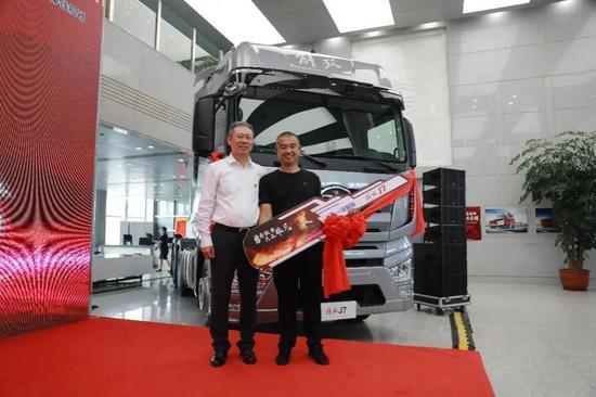 中国汽车制造商奖励英雄卡车司机