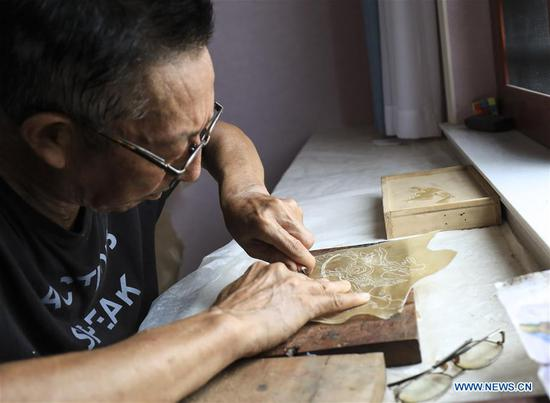 Pic story of shadow play artist in Shaanxi