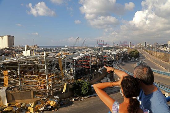 2020年8月9日,黎巴嫩发生爆炸后,人们参观了贝鲁特港口。(新华社/ Bilal Jawich)
