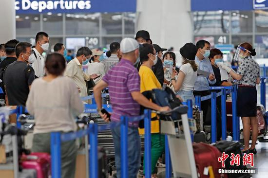 File photo shows passengers at Shanghai Pudong International Airport. (Photo: China News Service/Yin Liqin)