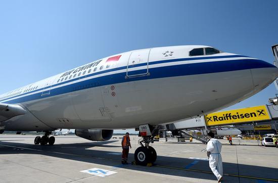 中国国际航空(Air China)的CA841航班于2020年8月8日从奥地利维也纳国际机场降落。(新华/陈果)