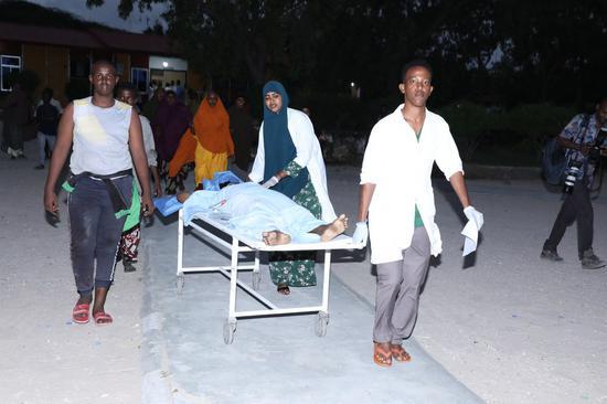 Doctors and nurses at Medina hospital are sending wounded to the ward after a blast at Mogadishu's Elite hotel, Somalia, Aug. 16, 2020. (Xinhua/Hassan Bashi)